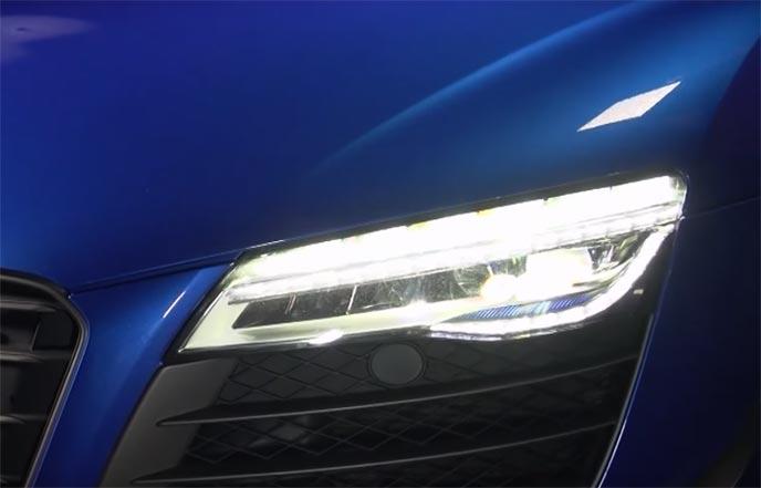 夜道を明るく照らす車のヘッドライト
