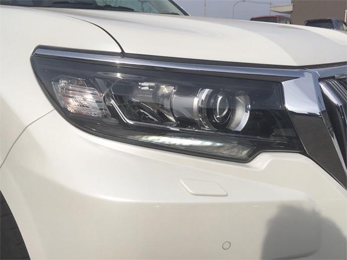 LEDライトを採用する最先端技術の自動車