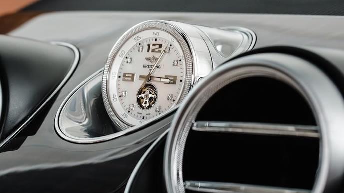 高級オプションで用意されたブライトリングの時計