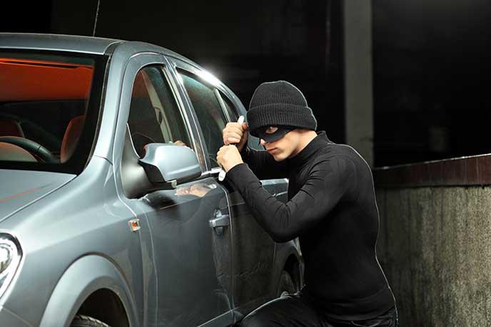 車を盗もうとする窃盗犯