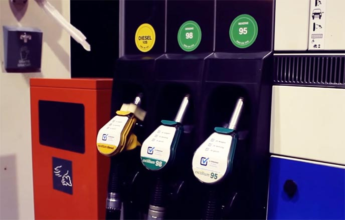 古びたガソリンスタンドとビンテージカー