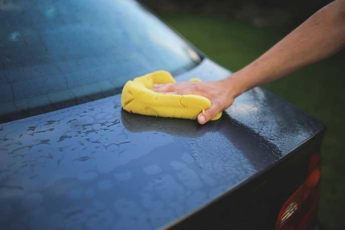 洗車後の水滴をふき取る男性