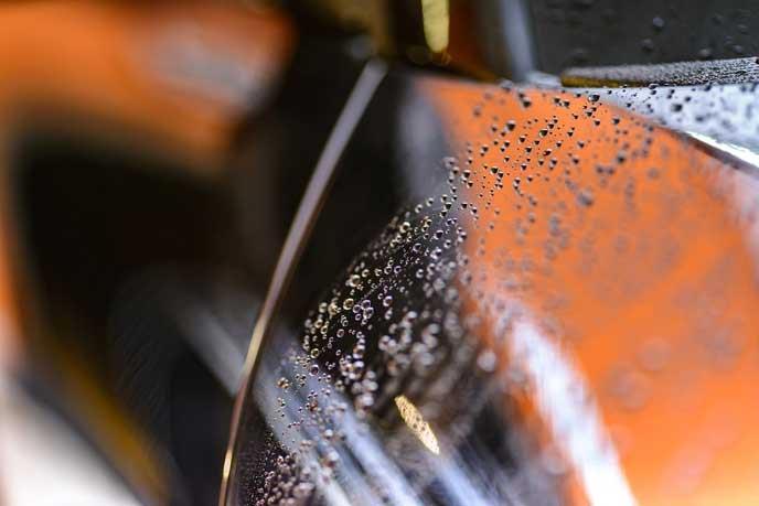 自然乾燥するまで待つ洗車後の自動車