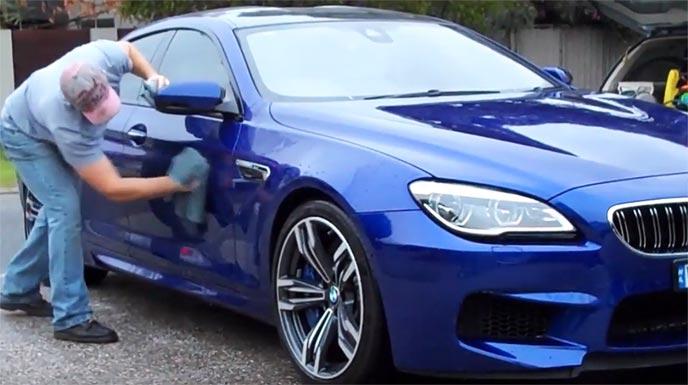洗車後に愛車を拭き上げる男性