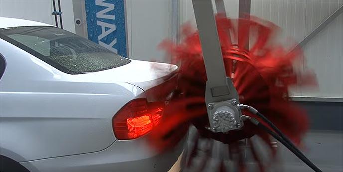 洗車機で洗車する海外の自動車