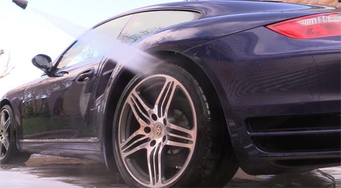 これから拭き上げられる洗車後の自動車