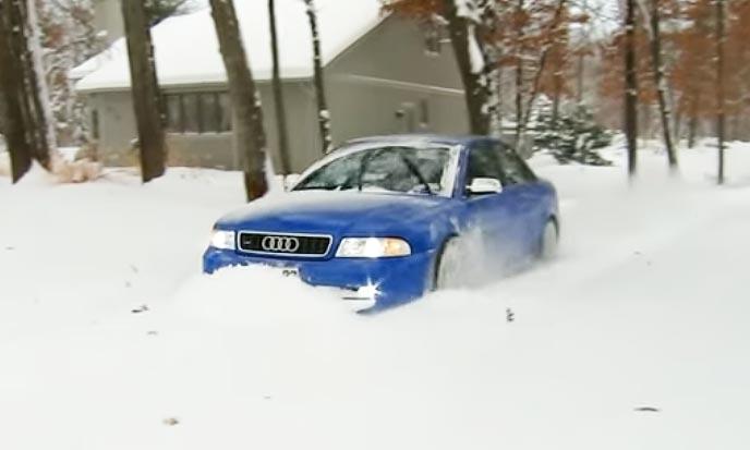 ローダウンし過ぎて雪道にはまる車