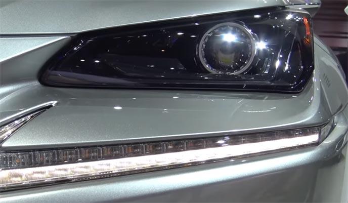 三眼式ヘッドライトに変更になったレクサス新型NX