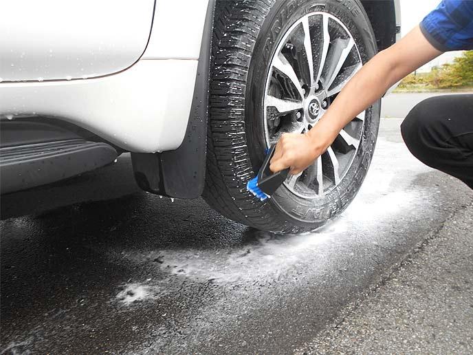 タイヤブラシで汚れを落とす