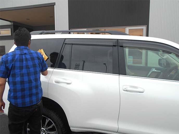 洗車後にしっかりと水を拭き取る