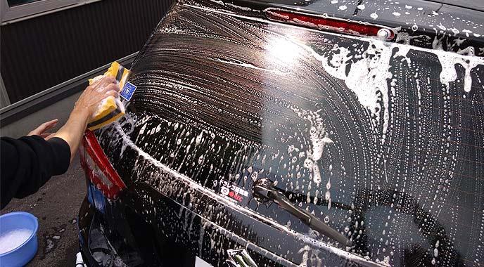 丁寧な手洗い洗車をする男性