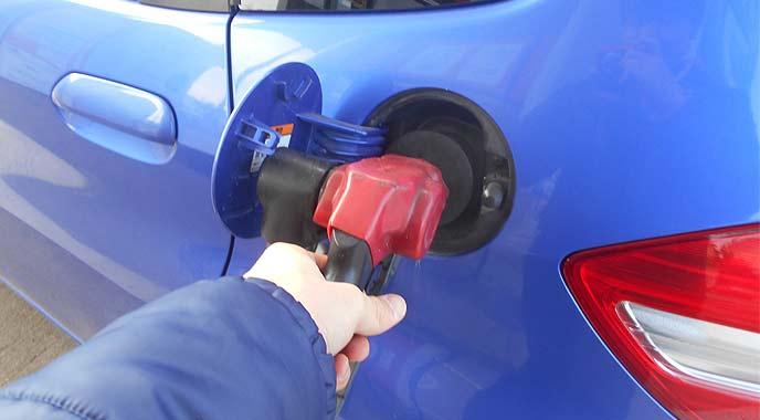 ハイオクガソリンを給油中の男性