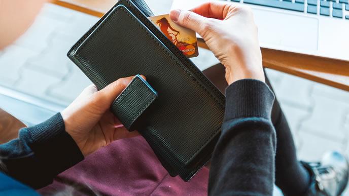 自動車税をクレジットカードで支払う女性