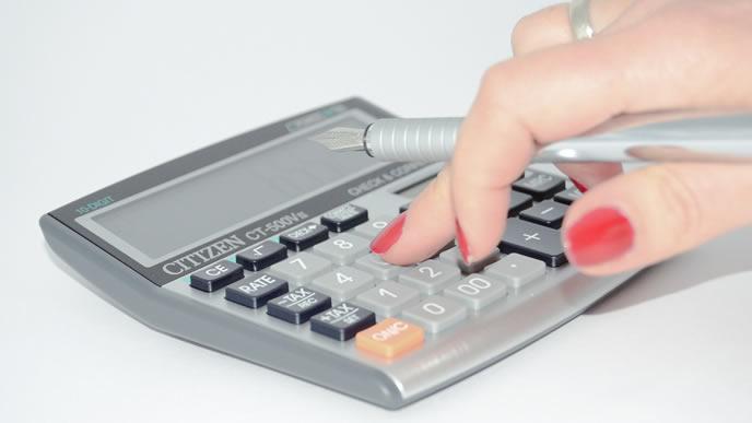 自動車税の延滞金を計算する税務署の女性