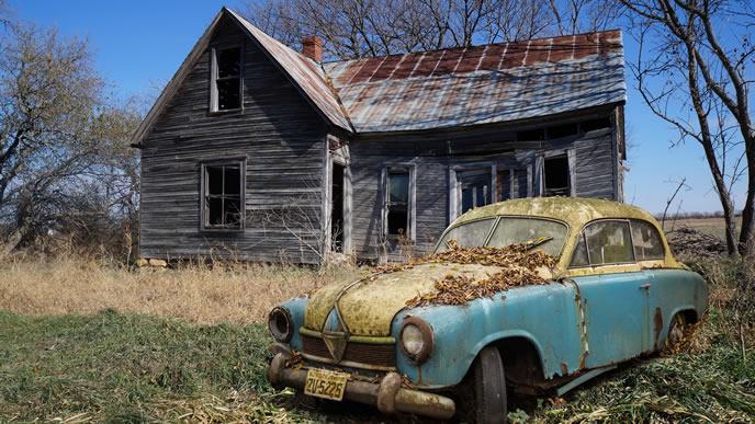 廃屋と放置された廃車
