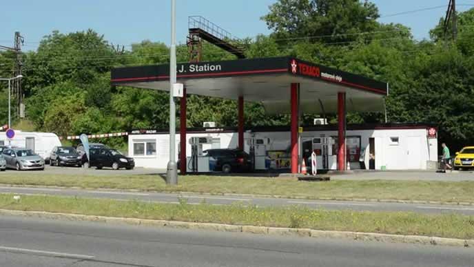 オイル交換を実施している海外のガソリンスタンド