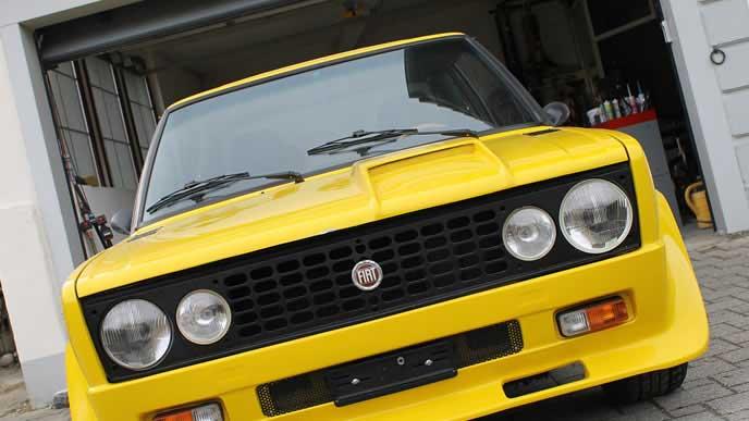 メンテナンス中の黄色い車