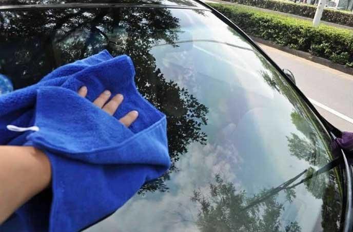 洗車後に水滴を拭き上げる男性