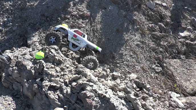 崖を上る4WDの車