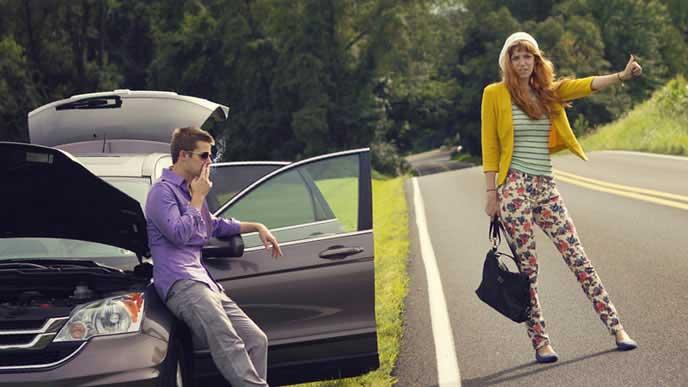 彼氏とバッテリーの上がった車を置いてヒッチハイクする女性