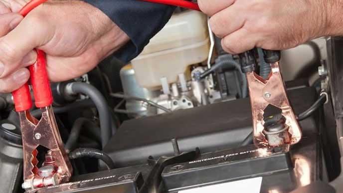 バッテリーを充電する整備士