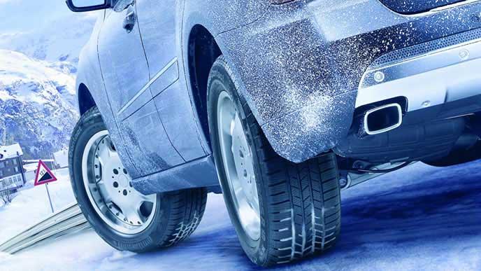冬道を走る車