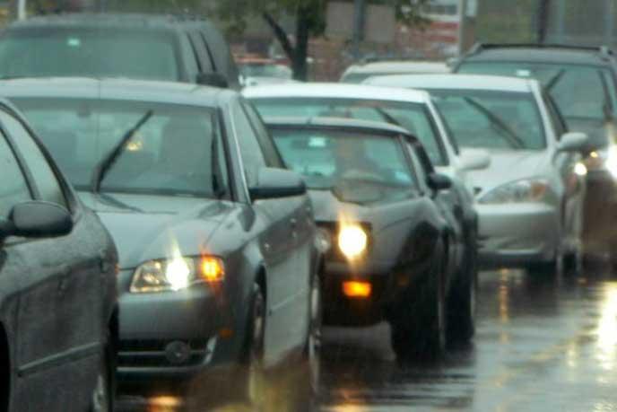 車間距離をとって駐車する車