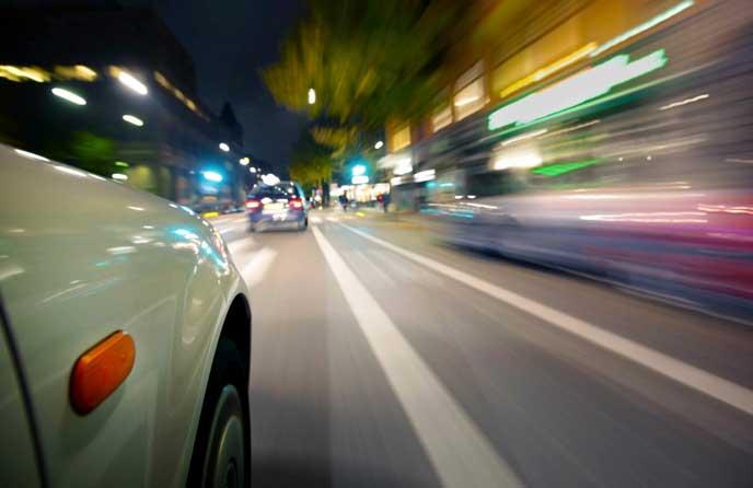 猛スピードで運転する車