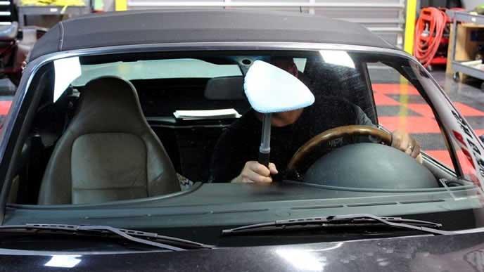 フロントガラスの内側を磨くドライバー