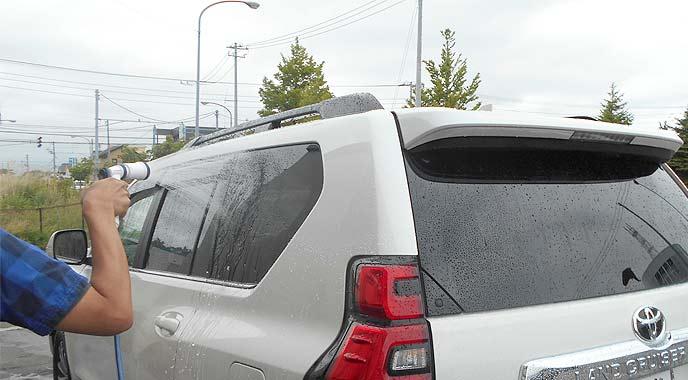 車に水をかける