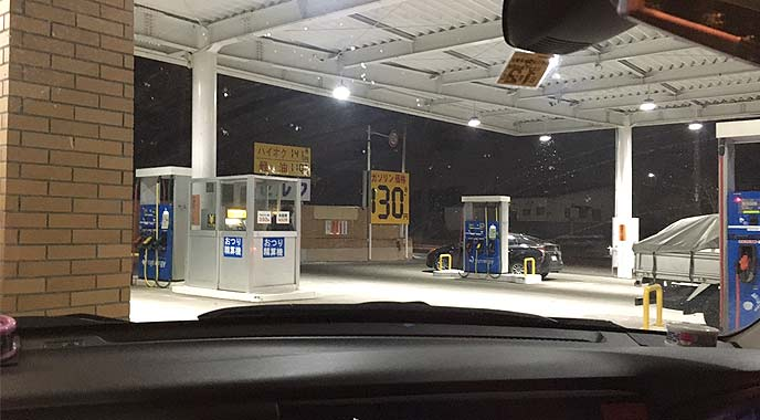オイル交換を実施しているガソリンスタンド