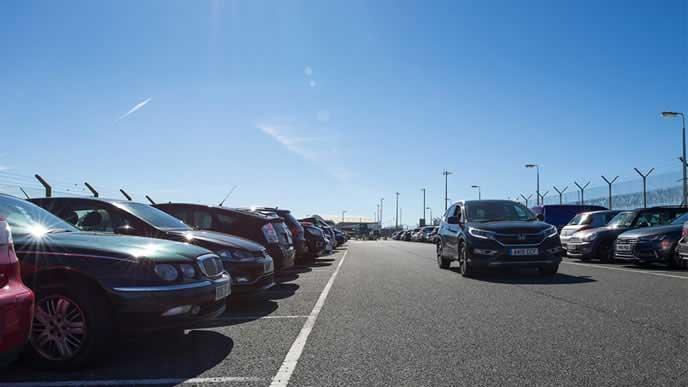 駐車スペースを探す車