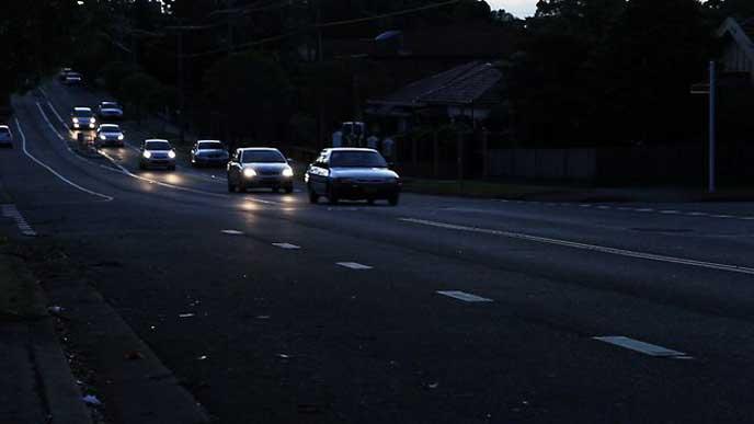 無灯火で先頭を走る車