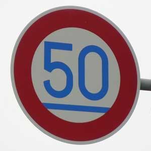 最低速度を示す道路標識