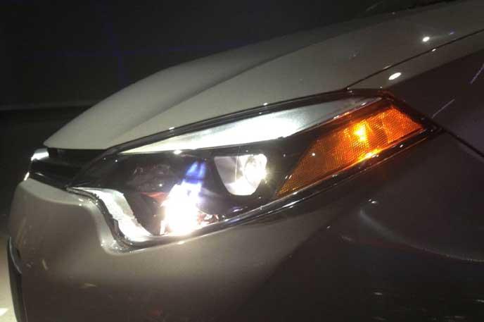 ライトで対向車に合図をおくる車