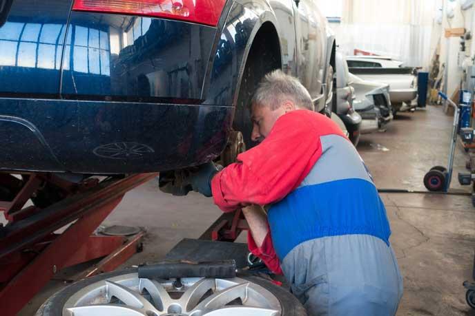 車高調の交換をする整備士