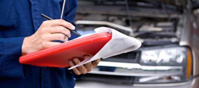 車検をする自動車整備士