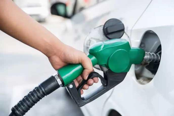 燃料がなくなった車に給油するドライバー