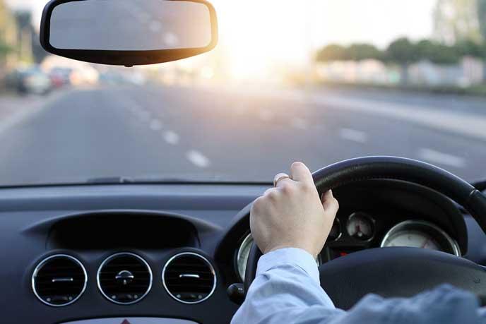 高速道路を走るドライバー