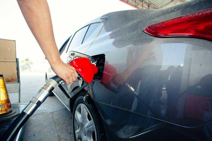 ガソリンを給油するドライバー
