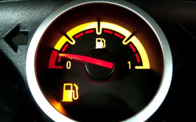 もう少しで燃料が空になる車