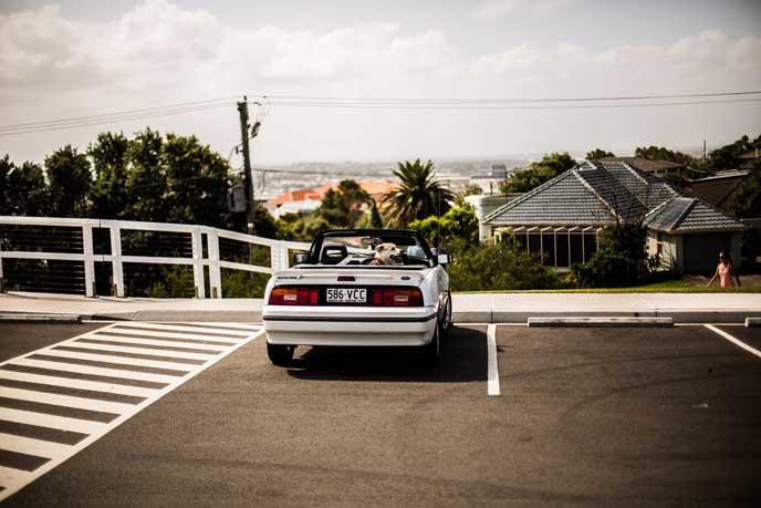 高台の駐車場にとまる車