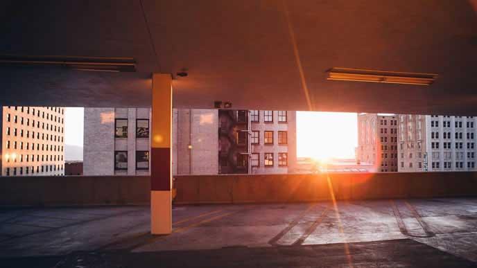 夕日が差し込む屋内駐車場