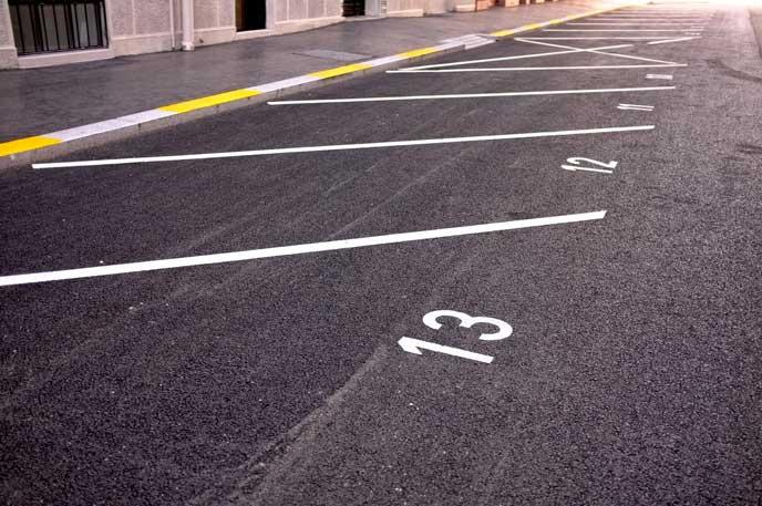 白線で区切られた駐車場