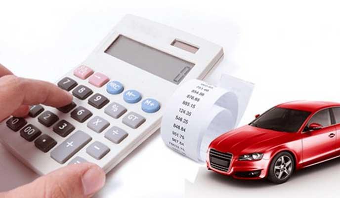 自動車税を電卓で計算する男性