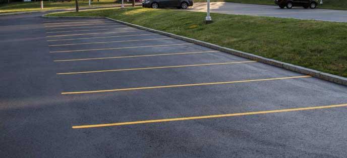 郊外にある広い駐車場