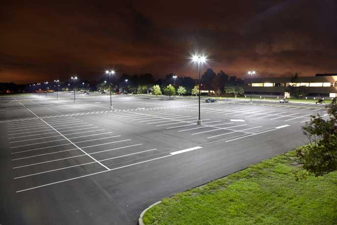 深夜の広い駐車場