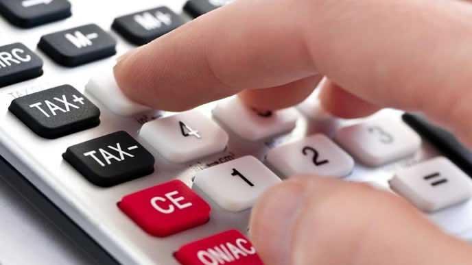 自動車税の概算をするドライバー