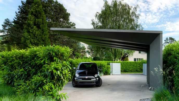 南国の屋根付き駐車場
