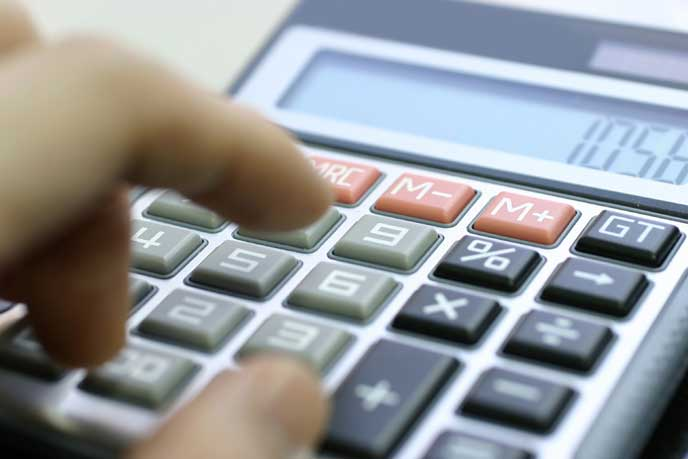 任意保険料を計算中の男性